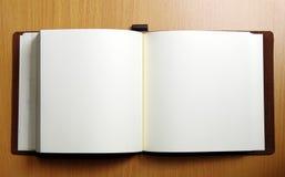 Geopend boek op houten lijst Stock Afbeeldingen