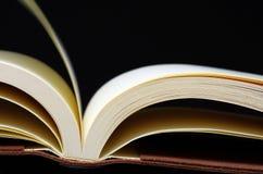 Geopend boek op zwarte Royalty-vrije Stock Afbeeldingen