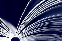 Geopend boek op zwarte achtergrond Stock Foto