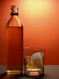 Geopend fles en glas Royalty-vrije Stock Foto