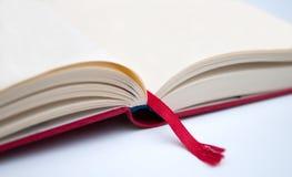 Geopend leeg boek met rood dekking en teken Stock Foto's