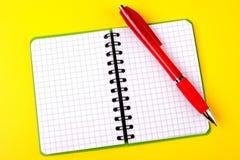 Geopend notitieboekje en rode pen Stock Fotografie