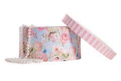 Geopend om huidige doos met bloem desig en parels geïsoleerdo o Royalty-vrije Stock Foto's