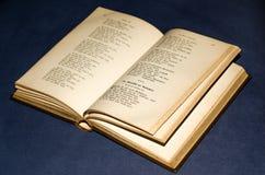 Geopend oud boek Stock Afbeeldingen