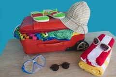 Geopend reizigersgeval, Koffer op lijst Koffer met verschillende die dingen op reis worden voorbereid Stock Foto
