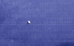 Geopend venster in het blauwe gebouw van het wolkenkrabberbureau Stock Fotografie