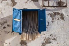 Geopend venster met blauw buiten blind en gordijn royalty-vrije stock foto