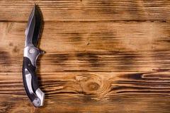 Geopend vouwend mes op een houten lijst Hoogste mening royalty-vrije stock foto's