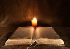 Geopende Bijbel en Kaars Stock Foto's