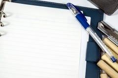 Geopende blocnote en pen op witte achtergrond Stock Afbeeldingen
