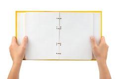 Geopende blocnote in handen Stock Foto's