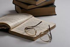Geopende boek en glazen Stock Afbeeldingen