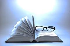Geopende boek en glazen Stock Foto's