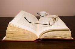 Geopende boek en glazen Royalty-vrije Stock Afbeeldingen
