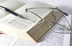 Geopende boek, pen en glazen Royalty-vrije Stock Afbeeldingen