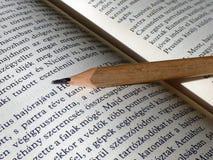 Geopende boekachtergrond dicht omhoog met potlood Royalty-vrije Stock Foto