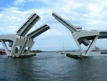 Geopende brug bij haven royalty-vrije stock afbeeldingen