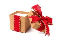 Geopende bruine giftdoos met rode die boog en lint op wit wordt geïsoleerd Royalty-vrije Stock Foto's