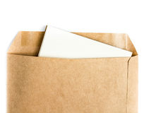 Geopende bruine Kringloopenvelop met document brief binnen op wit Stock Afbeelding