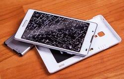 Geopende gebroken witte mobiele telefoon Stock Afbeelding