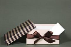 Geopende giftdoos met adreskaartje Royalty-vrije Stock Fotografie