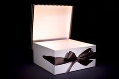 Geopende giftdoos met binnenlicht Royalty-vrije Stock Foto