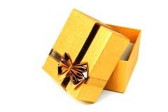 Geopende gouden glanzende giftdoos i Royalty-vrije Stock Afbeeldingen