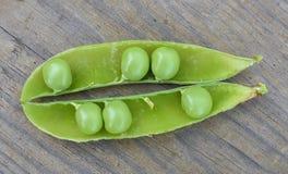 Geopende groene peul met erwten binnen close-up royalty-vrije stock afbeeldingen