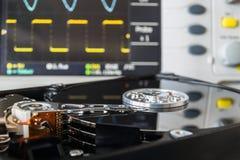 Geopende HDD in een testlaboratorium klaar voor gegevensterugwinning of repai Royalty-vrije Stock Foto's
