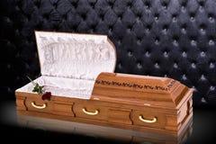 Geopende houten bruine sarcofaag met rode die rozen op grijze luxeachtergrond worden geïsoleerd kist, doodskist op koninklijke ac Royalty-vrije Stock Afbeeldingen