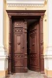 Geopende houten deuren Stock Afbeeldingen