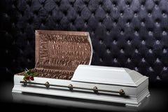 Geopende houten witte sarcofaag op grijze luxeachtergrond kist, doodskist op koninklijke achtergrond Stock Afbeeldingen