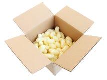 Geopende kleine verschepende doos met verpakkingspinda's Stock Afbeeldingen