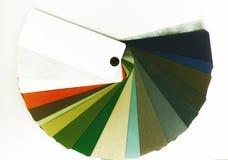 Geopende kleurengids voor metalen op wit Stock Fotografie
