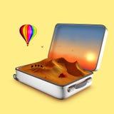 Geopende koffer die invitates om duinen te bezoeken. Stock Afbeeldingen