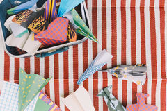 Geopende Koffer met Kleurendocument Vliegtuigen op de Witte en Rode Strepenmat Stock Afbeeldingen