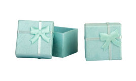 Geopende lege blauwe giftdoos met een boog op een witte geïsoleerde achtergrond, Stock Foto