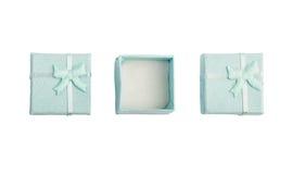 Geopende lege blauwe giftdoos met een boog op een witte geïsoleerde achtergrond, Stock Foto's