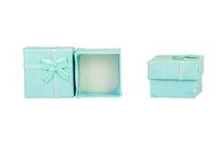 Geopende lege blauwe giftdoos met een boog op een witte geïsoleerde achtergrond, Royalty-vrije Stock Fotografie