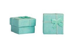 Geopende lege blauwe giftdoos met een boog op een witte geïsoleerde achtergrond, Stock Fotografie