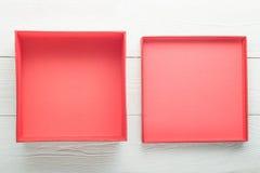 Geopende lege rode doos met deksel stock foto's
