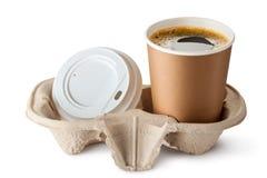 Geopende meeneemkoffie in houder. Het deksel is dichtbij. Stock Afbeeldingen