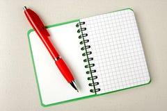 Geopende notitieboekje geregelde pagina Stock Foto