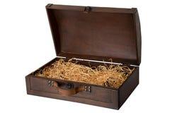 Geopende oude houten die borst met een leerhandvat, met hout wordt gevuld stock foto's