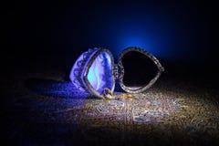 Geopende oude uitstekende zilveren hart-vormige kist voor trouwringen op donkere gestemde rokerige lichte achtergrond het concept Stock Foto