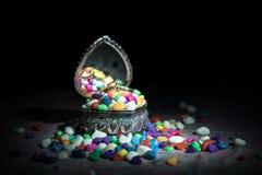 Geopende oude uitstekende zilveren hart-vormige kist voor trouwringen op donkere gestemde rokerige lichte achtergrond het concept Royalty-vrije Stock Afbeeldingen