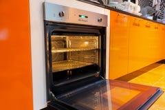 Geopende oven in de keuken stock fotografie
