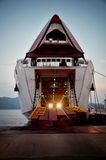 Geopende veerboot met de lichten die van auto op het landen wachten Portoferraio, het Eiland van Elba royalty-vrije stock afbeelding