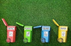 Geopende vuilnisbakken voor afval het sorteren op een gras Royalty-vrije Stock Foto's