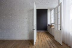 Geopende witte deuren in lege ruimte Royalty-vrije Stock Afbeeldingen